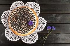 Eigengemaakte bosbessenpastei op een zwarte houten achtergrond Stock Fotografie