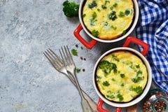 Eigengemaakte braadpan met broccoli en kaas royalty-vrije stock afbeeldingen