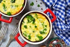 Eigengemaakte braadpan met broccoli en kaas stock afbeeldingen
