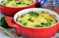 Eigengemaakte braadpan met broccoli en kaas stock foto's