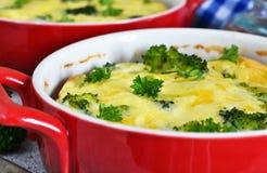 Eigengemaakte braadpan met broccoli en kaas stock foto