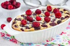 Eigengemaakte braadpan met horizontale kwark, griesmeel en frambozen, stock foto's
