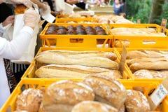 Eigengemaakte brood en baguettes bij openluchtmarkt bij de wildernis Chiang Mai van Nana stock fotografie