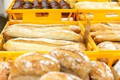 Eigengemaakte brood en baguettes bij openluchtmarkt bij de wildernis Chiang Mai van Nana royalty-vrije stock afbeelding