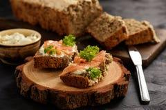 Eigengemaakte brood en sandwiches met zalm en kaas Stock Afbeeldingen