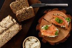 Eigengemaakte brood en sandwiches met zalm en kaas Royalty-vrije Stock Fotografie