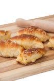 Eigengemaakte broodjes en deegrol op houten raad Royalty-vrije Stock Foto