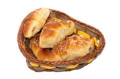 Eigengemaakte broodjes in geweven mand Stock Foto's