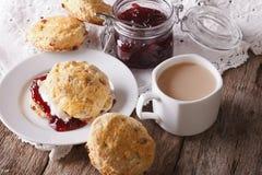Eigengemaakte broodjes met jam en thee met melk close-up horizontaal Stock Afbeeldingen