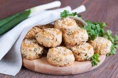Eigengemaakte broodjes met verse kruiden Royalty-vrije Stock Afbeelding