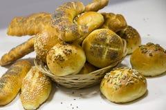 Eigengemaakte broodjes in rieten mand stock fotografie