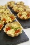 Eigengemaakte broodtartlets voor de snacks van de vissenkaviaar en eierdooiersaus royalty-vrije stock foto