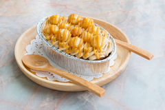 Eigengemaakte browniecake met macadamia en karamelsausbovenste laagje In houten dienblad op de lijst Royalty-vrije Stock Fotografie