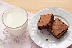 Eigengemaakte brownies en een kop van melk Stock Afbeelding