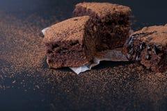 Eigengemaakte brownies op donkere humeurige achtergrond Royalty-vrije Stock Foto's