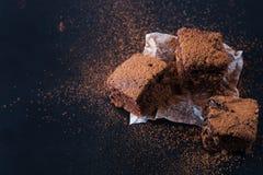 Eigengemaakte brownies op donkere humeurige achtergrond Royalty-vrije Stock Fotografie