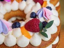 Eigengemaakte cake in de vorm van nummer achttien stock afbeelding