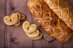 Eigengemaakte cake en gebakjes in de vorm van een hart royalty-vrije stock afbeeldingen