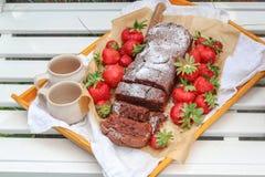 Eigengemaakte cake en verse aardbeien op een witte tuinbank royalty-vrije stock foto