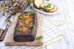 Eigengemaakte cake met ananas en gepoederde suiker Zoet ontbijt voor familie De zomerfruit Vrije ruimte voor tekst Witte Houten stock foto's