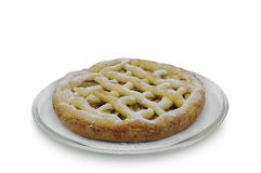 Eigengemaakte cake met appelen en kaneel op glasplaat op witte achtergrond Stock Foto's