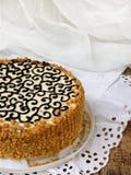 Eigengemaakte cake met de boterroom van het nootschuimgebakje en verfraaid met wervelingen van donkere chocolade Kyivcake of cake Stock Afbeeldingen