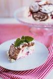 Eigengemaakte Cake met souffl? en bessen royalty-vrije stock afbeelding