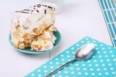 Eigengemaakte Cake met Zure room en Blauw Servet stock foto
