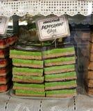 Eigengemaakte cake in venster Royalty-vrije Stock Foto's