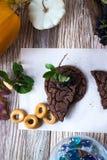 Eigengemaakte cakes, cake op een houten achtergrond royalty-vrije stock foto