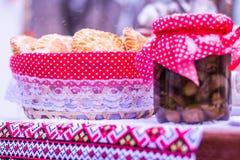 Eigengemaakte cakes en bank met ingeblikt voedsel voor een rustieke vakantie Stock Foto