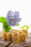 Eigengemaakte calendula natuurlijke kruidenzeep royalty-vrije stock fotografie