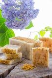 Eigengemaakte calendula natuurlijke kruidenzeep Stock Foto's