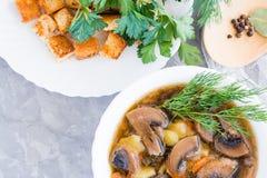 Eigengemaakte champignonsoep met champignons, verse kruiden Royalty-vrije Stock Afbeeldingen