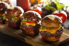 Eigengemaakte Cheeseburgerschuiven met Sla Stock Foto