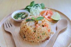 Eigengemaakte Chinese gebraden rijst met groenten, garnalen in kruidige tas Stock Afbeelding
