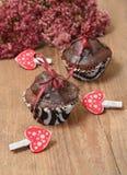 Eigengemaakte chocolade cupcakes voor de dag van Valentine Stock Afbeeldingen
