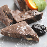 Eigengemaakte chocolade en oranje plak stock foto