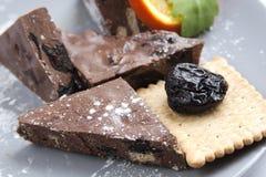 Eigengemaakte chocolade met koekje en pruimen stock foto's