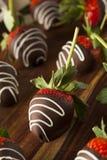Eigengemaakte Chocolade Ondergedompelde Aardbeien Stock Afbeelding