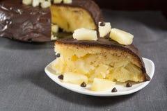 Eigengemaakte chocolade-verglaasde ananascake Royalty-vrije Stock Afbeelding