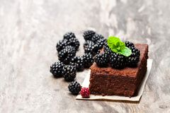 Eigengemaakte chocoladebrownie met bessen op houten lijst royalty-vrije stock afbeeldingen