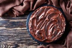 Eigengemaakte chocoladecake gelaagd met Abrikozenjam royalty-vrije stock foto