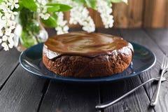 Eigengemaakte chocoladecake met chocoladesuikerglazuur in marineblauwe plaat Royalty-vrije Stock Afbeeldingen