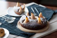 Eigengemaakte chocoladecake met peren Stock Foto's