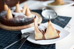 Eigengemaakte chocoladecake met peren Stock Afbeeldingen