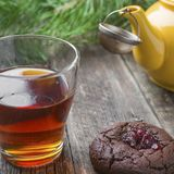 Eigengemaakte chocoladekoekjes met een glaskop van zwarte thee stock fotografie