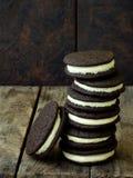 Eigengemaakte chocoladekoekjes met witte heemstroom op donkere achtergrond Selectieve nadruk Royalty-vrije Stock Foto