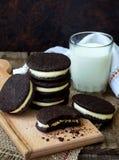Eigengemaakte chocoladekoekjes met witte heemstroom op donkere achtergrond Selectieve nadruk Stock Afbeelding