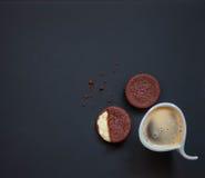 eigengemaakte chocoladekoekjes op een zwarte achtergrond met koffie Royalty-vrije Stock Fotografie